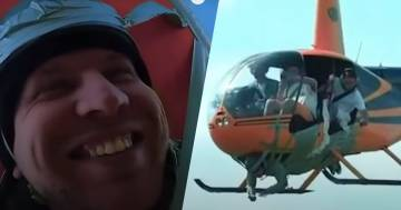 Si fa legare con il nastro adesivo all'elicottero e spicca il volo: il video diventa virale