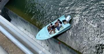 La barca rimane in bilico sulla diga: ecco le immagini del salvataggio