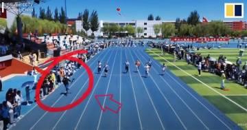 Il Cameraman corre più veloce dei concorrenti nella gara dei 100 metri: il video diventa virale
