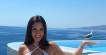Elettra Lamborghini fa risplendere Mykonos nel suo bikini bianco