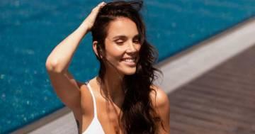 Lo scatto in bikini bianco: Paola Di Benedetto condivide la sua estate con i follower