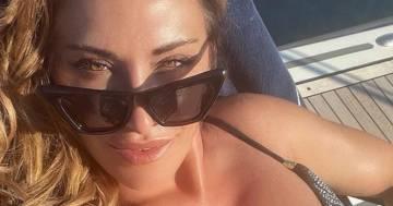 Sabrina Salerno anticipa l'estate: ecco il suo selfie dal mare