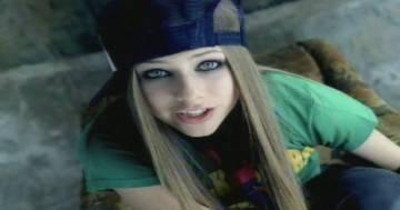 """Per Avril Lavigne l'età non conta: ecco il video di 'Sk8er Boi"""" 20 anni dopo"""