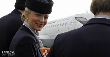 Le hostess di Lufthansacambieranno il saluto a bordo perché non è neutro: ecco le alternative