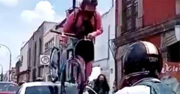 L'auto è parcheggiata sulla pista ciclabile, lei ci sale sopra con la bici: il video diventa virale