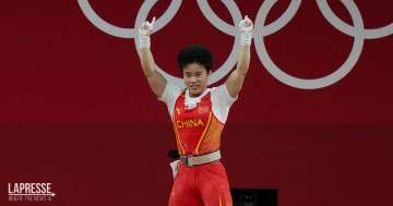 Tokyo 2020: la Cina protesta per la foto della medaglia d'oro di sollevamento pesi femminile