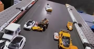 L'avvincente video delle macchinine che fanno a gara sul loro tapis roulant