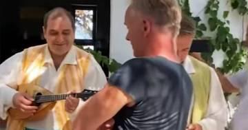"""Sting canta """"Englishman in New York"""" con due menestrelli a Positano: ecco il video"""