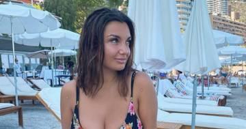 Elettra Lamborghini detta la tendenza dell'estate in uno splendido bikini a fiori