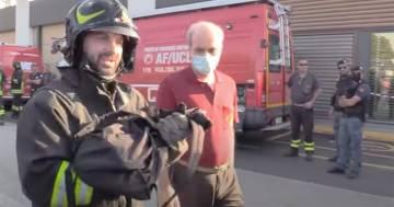 Incendio a Milano, i pompieri salvano due gattini rimasti intrappolati nel palazzo: il video