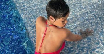 Rihanna in rosso fuoco immersa nella piscina: le splendide foto per i fan