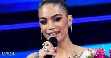 """""""Da Grande"""", Elodie incanta tutti con l'omaggio a Raffaella Carrà e l'outfit da urlo"""