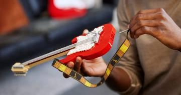 """LEGO lancia il nuovo set """"Fender Stratocaster"""": ecco quando sarà disponibile"""