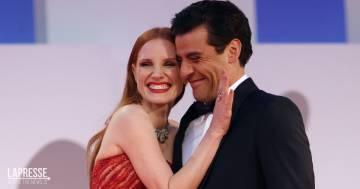 Jessica Chastain e Oscar Isaac, il bacio sul red carpet del Festival di Venezia fa impazzire i social