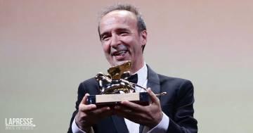 """Festival di Venezia, la splendida dedica di Roberto Benigni dopo il Leone d'Oro: """"È di Nicoletta"""""""