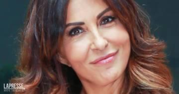 """Sabrina Ferilli, il nuovo taglio di capelli """"alla Rachel"""" stupisce tutti"""