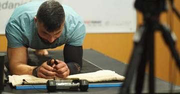 Quest'uomo ha battuto il record mondiale di planking: ecco quanto ha resistito