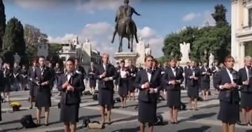 Le hostess di Alitalia si spogliano per protesta: ecco il video del flashmob