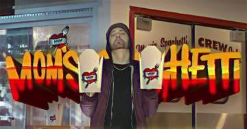 Eminem ha aperto una spaghetteria a Detroit, eccolo mentre serve i clienti