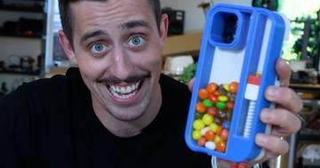 La cover per iPhone che spara caramelle: la bizzarra creazione di uno youtuber