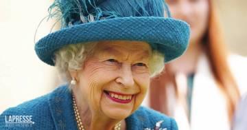 """La Regina Elisabetta II rifiuta il premio """"Anziana dell'anno"""" con una risposta epica"""