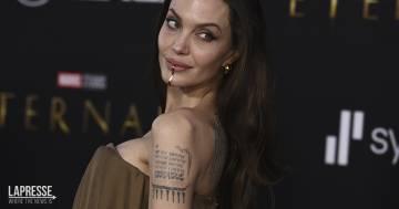 Angelina Jolie sfoggia un gioiello ed un look 'strong and chic' perfetto per il red carpet Eternals