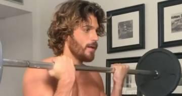 Can Yaman (senza t-shirt) allena i muscoli a ritmo di musica in un video per i follower
