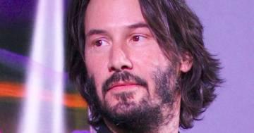 Keanu Reeves aiuta lo staff e la troupe di 'John Wick 4' a smontare il set: il video