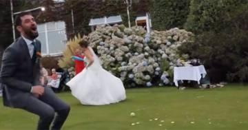 La sposa vuole giocare a baseball ma finisce male: il video diventa virale