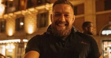 Roma, il fighter delle arti marziali Conor McGregor assediato dai fan a Roma: il video