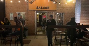 Mick Jagger in un piccolo bar mentre prende una birra: ma nessuno lo riconosce